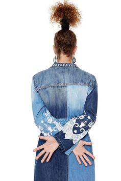 Women's long denim jacket with deconstructed design and patchwork. Belt detail and contrasting embroidery. Discover Desigual denim collection on our website.