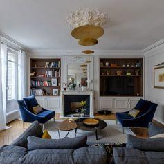Niché en plein coeur du VIème arrondissement, cet appartement en ruine a sensiblement changé de look … A propos de ce projet : Voici l'une des dernières réalisations de l'agence Véronique Cotrel. Après plusieurs années passées à l'étranger, les clients revenaient habiter à Paris, au cœur du 6ème arrondissement. Passionnés de Design, amoureux des beaux..