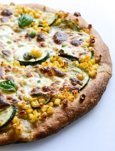 This is how summer tastes in pizza form: sweet corn, zucchini and fresh mozzarella pizza by howsweeteats.com