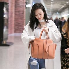 Perfect travelling style for Wang Ou with her Tod's Sella Bag. #WangOu #TodsSellaBag