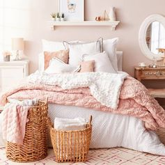Bedroom ideas I LOVE - this blush pink bedroom is gorgeous! #blushpinkbedroom #rosegoldbedroom #rosebedroom #bedroomideas #bedroomdecor #blushpink #diyroomdecor #houseideas #blushbedroom #dustypinkbedroom #littlegirlsroom #homedecorideas #pinkandgold #girlbedroom #dreambedrooms