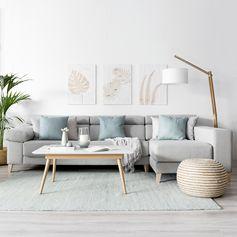 Sofá Air | ¡Un sofá cómodo y elegante! El modelo Air, tapizado en tela y con patas de madera de haya natural, es perfecto para conseguir un ambiente único y distintivo en el salón de tu hogar. Los cabezales son reclinables y los asientos extraíbles, ¡súper práctico! #kenayhome #home #sofá #air #tapizado #gris #claro #chaiselongue #mesa #centro #elevable #mural #tallado #madera #lámpara #pie #totem #decoración #interior #salón #hogar #diseño #estilo #nórdico #moderno #acogedor