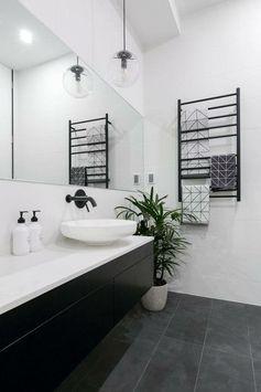 salle de bain à la cave: plancher noir ardoise, vanité noir, dessus blanc, j'aime le towel holder♥