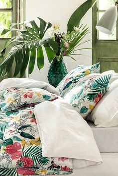 Give your bedroom a summer update with tropical prints that will brighten your space and lift your mood. | H&M Home