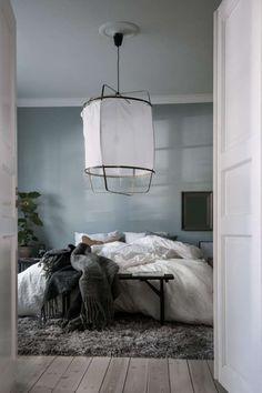 Нежный интерьер этой квартиры был создан прекрасным дизайнером Emma Fischer. Традицоннный скандинавский стиль открывается здесь по-полной. Белизна помещений, деревянные полы, немного темных оттенков в спальне в полной мере отвечают духу минималистского стиля. Все это окутано
