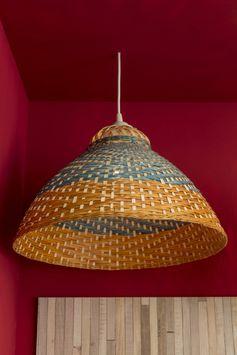 Un lustre plafonnier en bambou orange et bleu pour une ambiance authentique. #lustre #gypsetter  #plafonnier #bambou #ideedeco #leroymerlin