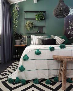 Chambre dans les tons verts, étagères murales et plantes