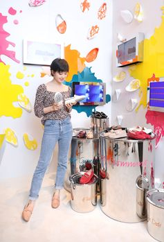 Stunning Liu Shishi discovering the My Gommino experience in Tod's boutique. Choose yours at tods.com. #TodsDoubleT #Tods #MyGommino #LiuShishi