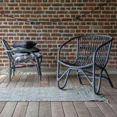 Jolie chaise à accoudoir en rotin Mutine Grey parfaite pour apporter une touche d'exotisme dans votre salon. #tikamoon
