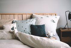 Une jolie parure de lit dans les tons bleu gris