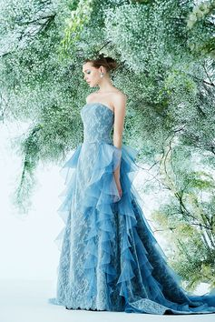 レースのドレスに、オーガンジーの軽やかなラッフルのコンビネーションが大変美しい一着。3色のブルーが醸し出すグラデーションがとても印象的。
