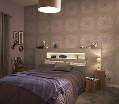 Une chambre avec une harmonie de taupe et de parme pour une atmosphère douce. #chambre #ideedeco #DIY #papierpeint #wallpaper #taupe #homedecor #homedesgin #bedroom #lit #leroymerlin