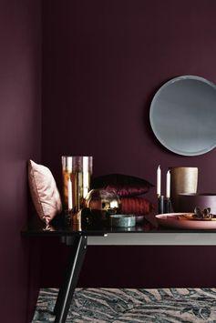 couleur peinture tendance, mur couleur prune, miroir rond, banquette moderne, tapis à motif animal