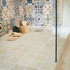 Voir le ciel depuis votre salle de bains, vous en rêvez ? Montez sous les toits pour profiter des volumes et laissez la douche suivre la pente pour créer une douche à l'italienne sous les combles !