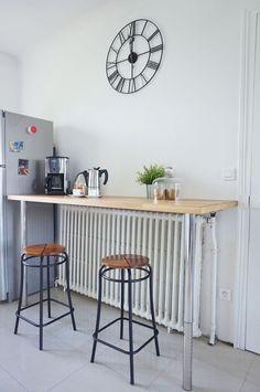 Cette cuisine d'atelier est mise en valeur par une horloge de gare