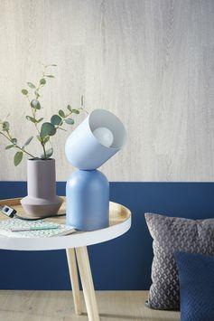 Facile à poser et lessivable, le papier peint à effet bois donne une touche naturelle et différente à la déco.