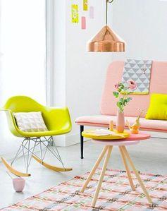 Un salon pastel rehaussé avec des touches de jaune fluo