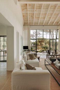 Une maison portugaise rénovée en tons naturels