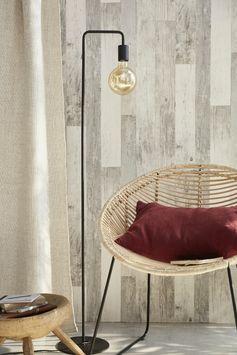 Avec son aspect vieilli, ce papier peint effet bois donne une touche unique à la déco d'un salon ou d'un séjour. Petit plus : il est lessivable et facile à poser !