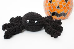 Free crochet spider pattern ... perfect for your Halloween decor! #crochet #Halloween #amigurumi