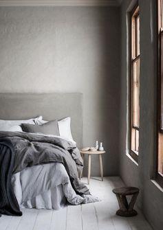 Pour créer une impression d'espace, on veille à éviter les coupes trop franches dans notre décoration. Ainsi, on décore sa chambre avec des camaïeux de couleurs claires, en conservant une unité entre les matériaux et les teintes du sol et du mur. Ainsi, si on choisit un joli parquet gris, on mise sur une peinture gris clair ou taupe. En évitant ainsi les ruptures, on évite à l'oeil de bloquer sur ces barrières visuelles, qui compartimenteraient la pièce, déjà étroite. De la même manière où vous