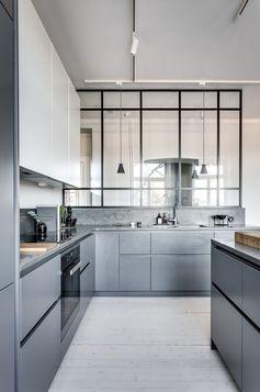 cuisine-verriere-parquet-bois-blanc-aménagement-cuisine-meubles-modernes-sans-poignées-meubles-gris-crédence-imitation-marbre-gris