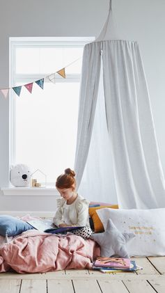 H&M HOME | Keep the magic of books alive with this dreamy reading nook and more inspiring kids' room decor.