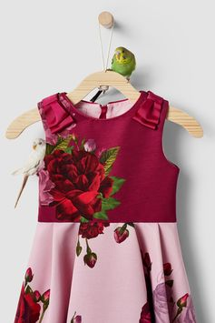 Special occasions just got way more stylish thanks to Ted's NAYOMII dress. Featuring a pretty rose print with a contrasting full skirt and sleeveless top, it's finished off with bow details on the shoulders for an extra special touch.