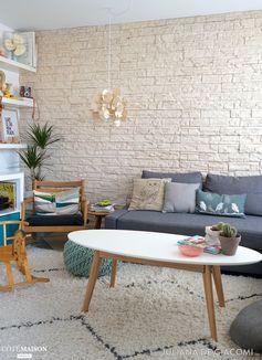 Un salon qui mélange style scandinave et voyage. - Plus de photos sur Côté Maison.