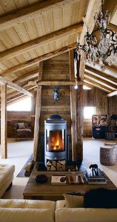 Un salon chaleureux avec son poêle à bois.