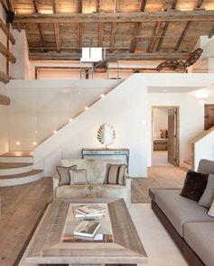 salon-rustique-table-en-bois-clair-canapé-gris-et-marron-parquet-en-bois-clair-toiture-charpente-apparente-idée-déco-salon-moderne-tapis-gris-portes-en-bois