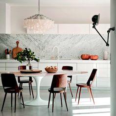 """""""Med marmor detaljer blir dette kjøkkenet lekkert, ikke sant? PHOTO ©Nicolaus Mathéus for @interior_magasinet #tbt #arkiv #interiørmagasinet #copyright…"""""""