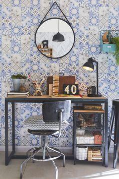Un miroir dans le style barbier pour une déco tendance & industrielle et un papier peint effet carreaux de ciment : parfait pour le bureau !