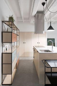 La pratique architecturale serbe Autori a récemment rénové cet appartement de 80 m² pour un jeune couple au cœur de Belgrade. Ayant à l'esprit la volonté des propriétaires d'avoir une organisation d'espace de vie moderne, les architectes ont créé un espace clair, ouvert et lumineux. Ils ont concentré les activités