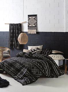 Linen House chez Simons Maison. Inspiré par les traditionnels bogolans, de riches tissus africains, cette housse apportera une ambiance rustique et chaleureuse très recherchée dans les décors modernes. Motif imprimé sur un pur coton texturé, réversible au noir uni. Cache-oreiller euro vendu séparément. L'ensemble comprend : Jumeau : 1 housse 66x90 pouces, 1 cache-oreiller 20x26 pouces Double : 1 housse 84x90 pouces, 2 cache-oreillers 20x26 pouces Grand format : 1 housse 90x95 pouces, 2 c...