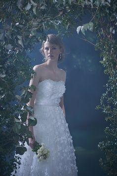 ゆるやかなハートカットのワンピースドレスは、チュールに小花のモチーフとパールを立体的にあしらっています。