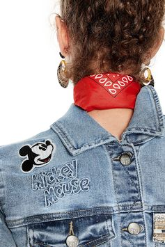 Women's denim jacket with deconstructed design. Mickey Mouse details and contrasting embroidery. Discover more about our Desigual denim jacket on our website.