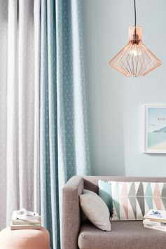 Et si on mettait un peu de douceur ? Avec des teintes pastel, des motifs géométriques et l'éclat du cuivre, la Tendance Pastel Scandinave va faire de votre intérieur un cocon !