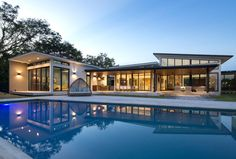 SDH Studio Architecture + Design has recently completed the Pinecrest Residence, a modern house that's located in Florida. #ModernHouse #SwimmingPool #ModernArchitecture #HouseDesign