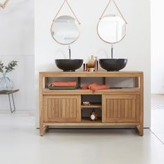 Ce meuble sous vasque en teck Colonial Duo est agrémenté de 2 portes coulissantes ainsi que d'une tablette de rangement. #tikamoon