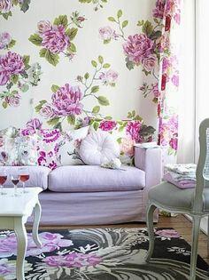 joli-salon-de-couleur-violet-avec-tapis-gris-et-meubles-de-salon-modernes
