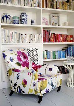 fauteuil blanc deco fleurie graphisme vintage chic couleurs étagère murale bibliothèque style vintage pop #deco #decoration #fauteuil #blanc #white #fleurie #fleur #flower #couleur #color #rose #pink #jaune #bleu #yellow #blue #bibliothèque #étagère #livre #book #homedecor