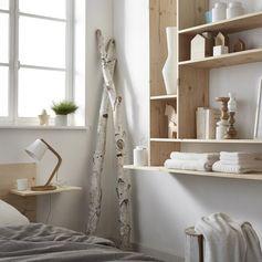 Chambre lumineuse et nature avec du bois et étagères en sapin. #chambre #homedeco #nature #bois #etagere #bedroom #homedesign #leroymerlin