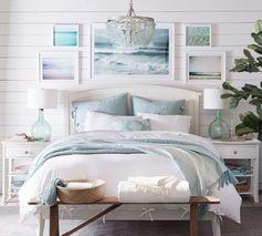 chambre des maitres: mur en bois blanc encadrant le lit et le reste des murs:  peinture turquoise pâle