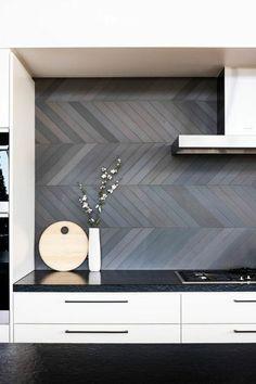 mur en gris anthracite renover sa cuisine, repeindre sa cuisine, meubles en blanc et noir, carrelage noir, plafond blanc, poignées noires pour les meubles blancs