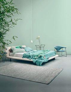 Une chambre blue et vert d'eau ! On adore les tons de gris qui viennent uniformiser cette déco minimaliste ! design #chambre #bedroom #interiordesign