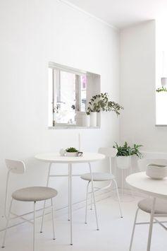 Déco blanche et plantes vertes - Byoh matcha bar par Norm architecture