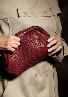 Echoing the classic 80s movie 'American Gigolo', where it was carried by #LaurenHutton, the intrecciato clutch is reborn in the #BottegaVeneta Spring/Summer 2017 collection