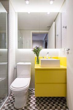 idée amenagement salle de bain petit espace avec cabine de douche blanche et meuble sous vasque à rangement jaune