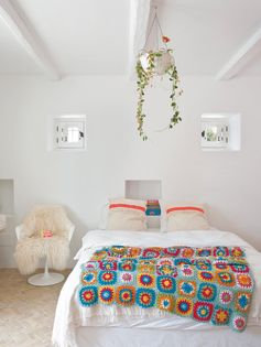 Une maison à Ibiza qui ose les couleurs pêchues